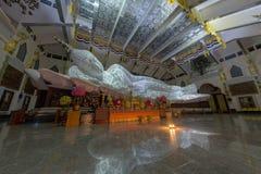 乌隆他尼,泰国泰国寺庙的白菩萨在moun 库存照片