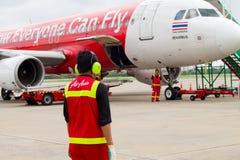 乌隆他尼,泰国- 2015年10月6日:在地面的亚洲航空职员在机场 免版税库存图片