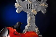 乌鸦墓碑万圣节中提琴小提琴 免版税库存照片