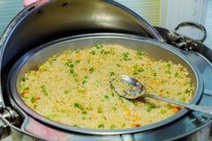 乌龙面混乱油炸物米用虾和菜 库存图片