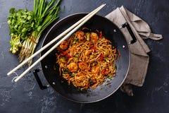乌龙面面条用在铁锅平底锅的虾 图库摄影