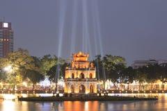 乌龟塔在还剑湖的晚上在越南 免版税库存照片