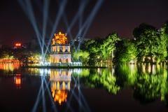 乌龟塔的夜视图在蓝色光线中的 河内 免版税库存图片