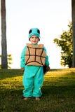 乌龟服装的男孩 免版税库存图片