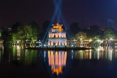 乌龟的一个古老塔在探照灯射线的在湖Hoankyem的 河内越南 免版税库存照片