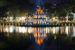 乌龟的塔以城市堤防为背景的在夜风景 河内越南 库存照片