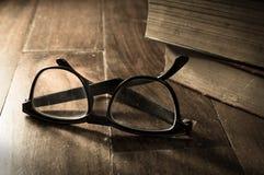 乌贼属有古色古香的书的被过滤的镜片 免版税库存图片