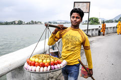 乌代浦,印度, 2010年9月12日:卖蔬菜和水果在一个localstreet市场上的年轻人在乌代浦 免版税库存图片