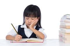 乏味亚洲中国小女孩佩带的校服学习 免版税库存照片