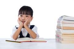 乏味亚洲中国小女孩佩带的校服学习 库存照片