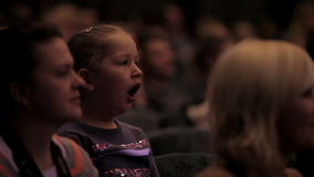乏味女孩在观众席