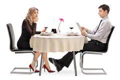 乏味妇女在与一个人的一个日期 库存图片