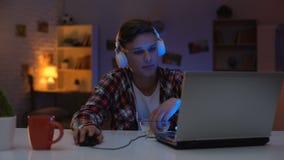 乏味少年冲浪的互联网,吃快餐和浪费时间,耽搁 股票视频