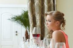 乏味美丽的女孩的图象在餐馆 免版税库存照片
