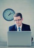 乏味计算机膝上型计算机人 免版税图库摄影
