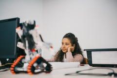 乏味非裔美国人的女小学生与计算机一起使用 库存图片