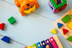 乐器婴孩toyson木背景 复制空间、地方您的文本的或口号 顶视图 库存图片