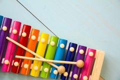 乐器婴孩toyson木背景 复制空间、地方您的文本的或口号 顶视图 免版税库存照片