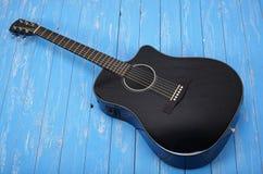 乐器-黑切掉的电声学吉他木头 免版税库存照片