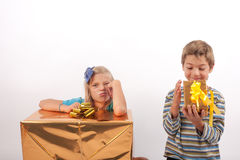 乐观主义者对悲观者孩子 免版税库存照片