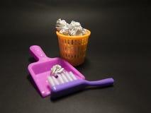 乐趣、明亮的玩具容器和刷子在黑背景 免版税图库摄影