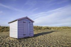 乐趣假期镶边海滩小屋 免版税图库摄影