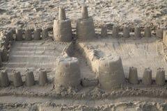 乐趣在海滩的沙子城堡在南加利福尼亚 库存图片
