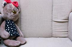 乐趣坐在安乐椅的玩具熊 免版税库存图片