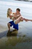 乐趣夫妇一个海滩假期 库存照片