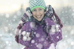 乐趣女孩在冬天森林里 免版税库存照片