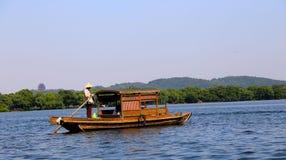 乐趣小船和西湖 免版税库存照片