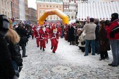 乐趣拉脱维亚里加运行圣诞老人结构 库存照片