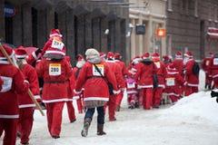 乐趣拉脱维亚里加运行圣诞老人结构 免版税库存照片