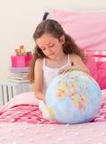 乐趣有女孩的地球一点 库存图片