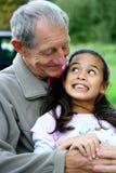 乐趣有女孩的祖父她一点 免版税库存照片
