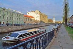 乐趣河船在圣Petersbur的Kryukov运河漂浮 图库摄影