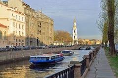 乐趣河船,在Kryukov运河在的背景中 库存图片