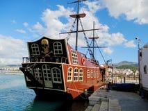 乐趣海盗小船后面 免版税库存图片