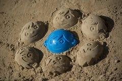 乐趣男孩的沙子面孔 免版税库存图片
