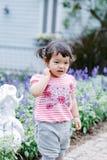 乐趣的小女孩在庭院里 库存图片