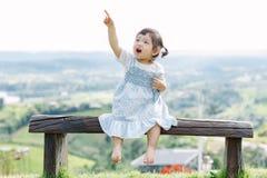 乐趣的小女孩在庭院里 免版税图库摄影