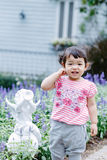 乐趣的小女孩在庭院里 免版税库存图片