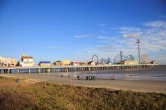 乐趣码头游乐园和海滩在墨西哥湾在加尔维斯顿沿岸航行 图库摄影