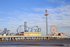 乐趣码头游乐园和海滩在墨西哥湾在加尔维斯顿沿岸航行 免版税库存图片
