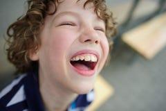 乐趣笑的男孩 免版税图库摄影