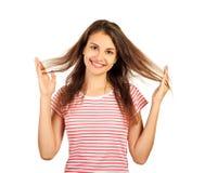 乐趣胡闹喜悦娱乐概念 使用与头发的傻的女孩 在白色背景隔绝的情感女孩 免版税库存照片