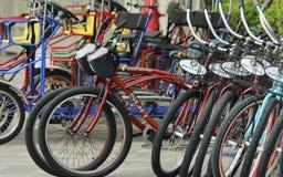 乐趣自行车出租立场、万豪候爵和小游艇船坞轮子  库存照片