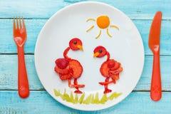 乐趣食物艺术草莓火鸟 库存图片