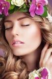 乐趣 作白日梦的妇女的面孔有春天花的 免版税库存照片