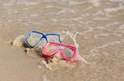 乐趣水活动性。在海滩的两个潜水的面具由wa飞溅了 库存照片